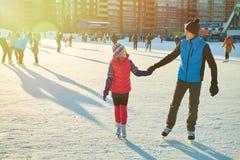 invierno del niño al aire libre en pista de hielo Imagen de archivo