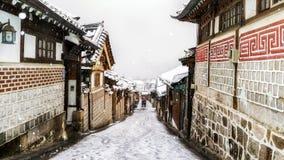 Invierno del pasillo del pueblo del hanok de Bukchon Foto de archivo libre de regalías