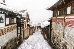 Invierno del pasillo del pueblo del hanok de Bukchon Foto de archivo