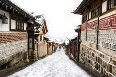 Invierno del pasillo del pueblo del hanok de Bukchon Imagen de archivo