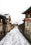 Invierno del pasillo del pueblo del hanok de Bukchon Fotos de archivo libres de regalías