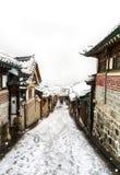 Invierno del pasillo del pueblo del hanok de Bukchon Imagenes de archivo