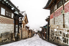 Invierno del pasillo del pueblo del hanok de Bukchon Imagen de archivo libre de regalías