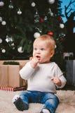 Invierno del tema y días de fiesta de la Navidad Piso de 1 año rubio caucásico del hogar de la sentada del muchacho del niño cerc foto de archivo libre de regalías