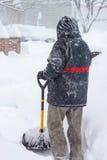 Invierno del VA de la ventisca de la nieve de la pala del hombre Imágenes de archivo libres de regalías