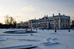 Invierno en el palacio de Kadriorg tallinn Estonia foto de archivo