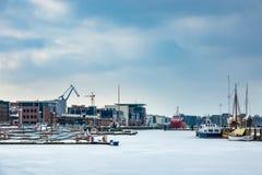 Invierno en el puerto de la ciudad de Rostock, Alemania fotos de archivo