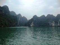 Invierno en la bahía de Halong, Vietnam, Asia Imagen de archivo libre de regalías
