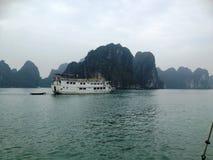 Invierno en la bahía de Halong, Vietnam, Asia Foto de archivo libre de regalías