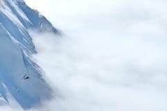 Invierno en las montañas con las nubes sobre las montañas Imagen de archivo libre de regalías