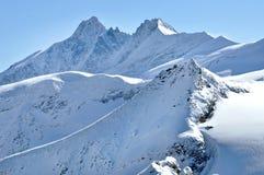 Invierno en las montañas con las nubes sobre las montañas Imagen de archivo