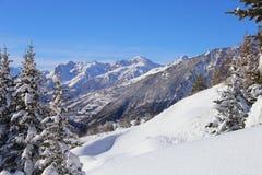 Invierno en las montan@as francesas Picos de montaña y abetos en la nieve Foto de archivo libre de regalías