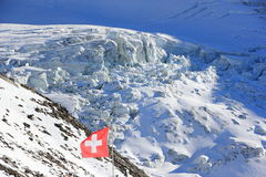 Invierno en las montan@as suizas Opinión sobre el glaciar de Hohsaas, 3.142 m Foto de archivo