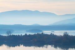 Invierno en Montenegro, lago Skadar en la niebla, fondo de la naturaleza Fotografía de archivo