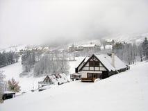 Invierno en pueblo de montaña Imagenes de archivo