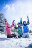Invierno, esquí, sol y diversión - familia feliz en estación de esquí Imágenes de archivo libres de regalías