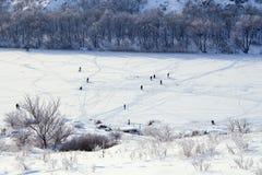 Invierno frío. Río congelado. Gente en el hielo. Imagen de archivo libre de regalías