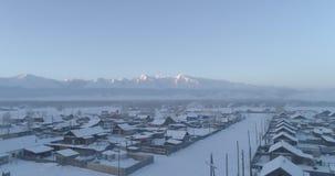 Invierno fuerte en el pueblo de Aktash, estepa de Kurai, Altai almacen de video