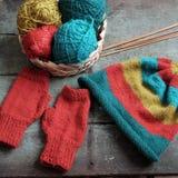 Invierno, guantes hechos punto, sombrero de punto Imagen de archivo libre de regalías