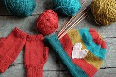 Invierno, guantes hechos punto, sombrero de punto Fotografía de archivo libre de regalías