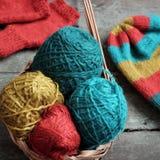 Invierno, guantes hechos punto, sombrero de punto Foto de archivo libre de regalías