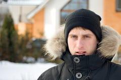 Invierno - hombre en la yarda Imagenes de archivo