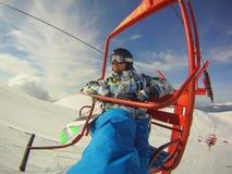 Invierno hooby: deportes extremos - snowboarder en teleférico Fotos de archivo libres de regalías