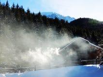 invierno, humo, calor, montaña, casa, cabaña, nieve, naturaleza, piedra, abeto, abeto, belleza, mirífica, vacaciones, vida sin en foto de archivo