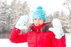 Invierno juguetón Adolescente alegre joven que muestra guantes nevosos Fotos de archivo libres de regalías