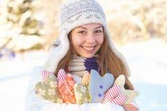 Invierno. La muchacha con el corazón forma al aire libre. Fotografía de archivo libre de regalías