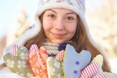 Invierno. La muchacha con el corazón forma al aire libre. Fotos de archivo libres de regalías
