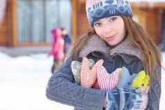 Invierno. La muchacha con el corazón forma al aire libre. Fotografía de archivo
