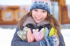 Invierno. La muchacha con el corazón forma al aire libre. Imagen de archivo