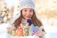 Invierno. La mujer joven con el corazón forma al aire libre. Fotografía de archivo