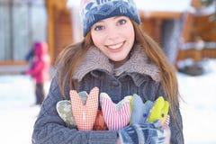 Invierno. La mujer joven con el corazón forma al aire libre. Imagen de archivo