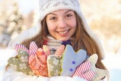Invierno. La mujer joven con el corazón forma al aire libre. Imagenes de archivo