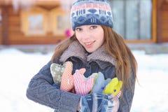 Invierno. La mujer joven con el corazón forma al aire libre. Fotos de archivo libres de regalías
