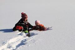 Invierno: mamá con el niño en nieve Fotos de archivo libres de regalías