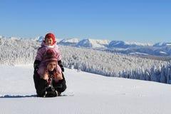 Invierno: mama con el bebé en nieve Fotografía de archivo libre de regalías