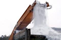Invierno Mantenimiento de carreteras urbano municipal Primer de bolas de nieve que caen en un camión de un vehículo de la retirad imagenes de archivo