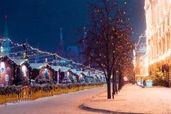 Invierno Moscú de la noche en la nieve Cuadrado rojo adornado para nuevo YE Imágenes de archivo libres de regalías