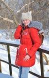 Invierno, muchacha que camina en el parque Foto de archivo libre de regalías