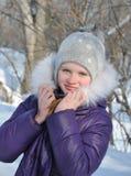 Invierno, muchacha que camina en el parque Fotografía de archivo