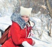 Invierno, muchacha que camina en el parque Fotos de archivo libres de regalías