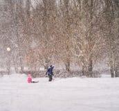 Invierno Nevadas en la ciudad Fotos de archivo