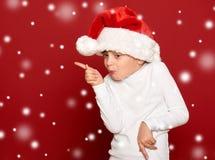 Invierno, niño, concepto de la Navidad - muchacha feliz en danc del sombrero de santa Fotografía de archivo