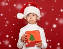 Invierno, niño, concepto de la Navidad - muchacha feliz en el sombrero de santa Fotografía de archivo libre de regalías