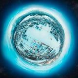 Invierno poco planeta con un pueblo en las montañas cubiertas con nieve Imágenes de archivo libres de regalías