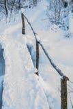 Invierno, puente de madera del invierno en el bosque Imágenes de archivo libres de regalías