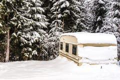 Invierno que acampa auto Imagenes de archivo